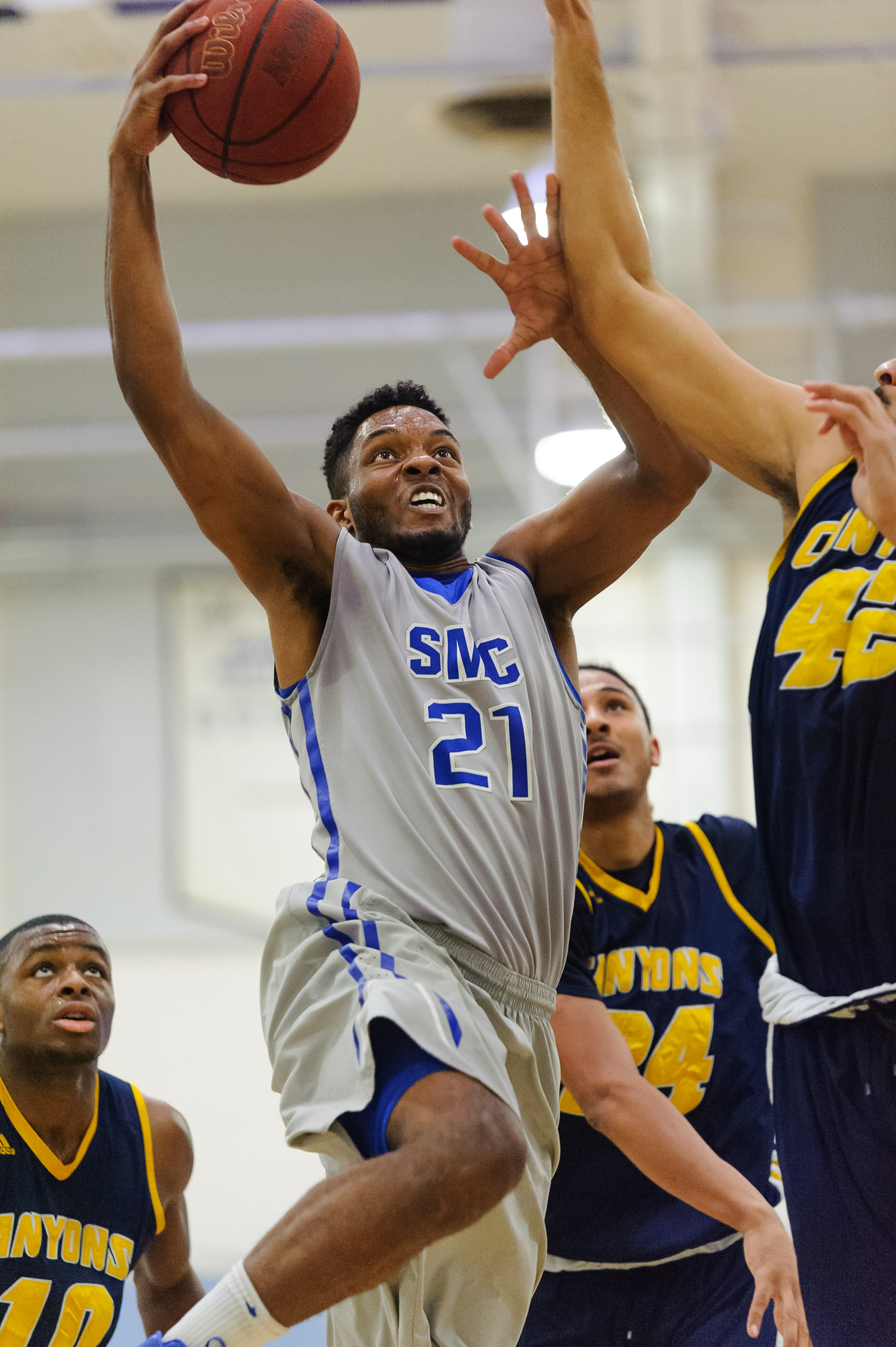 Forward Khalil Taylor (21) of Santa Monica College goes up for a contested layup as Philip Webb (42,Right) of the College of the Canyons attempts to block Taylor. The Santa Monica College Corsairs lose the game 74-72 to the College of the Canyons Cougars. The game was held at the SMC Pavilion at the Santa Monica College Main Campus in Santa Monica, Calif.. February 10, 2018. (Photo by: Justin Han/Corsair Staff)