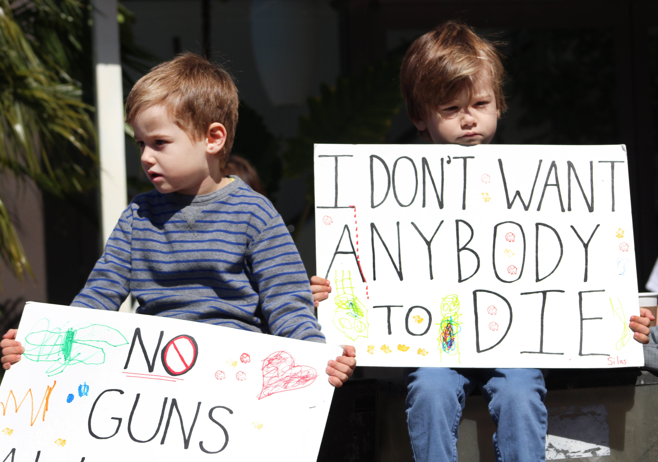 The brothers Wyatt (left) and Silas (right) Doskow sit and watch the crowd of protestors make their way back up Montana Avenue during the March for Our Lives protest. Saturday, March 24, 2018, in Santa Monica, California. (Pyper Witt/Corsair Photo)