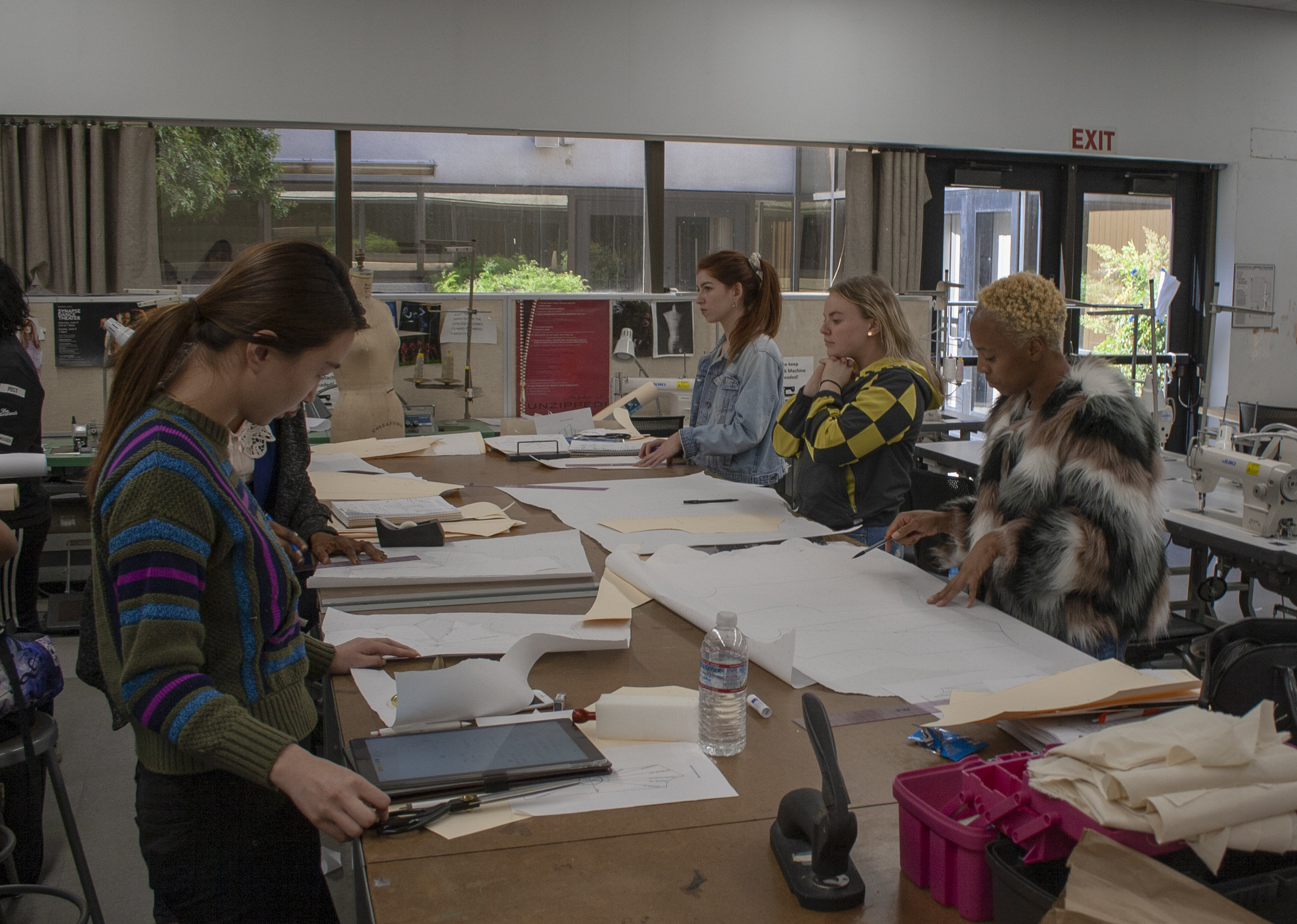 On Feburary 22, 2019 within the Fashion Department in Santa Monica College (SMC) where Porscha Woodard learns, and works on the basics of tracing. Professor Sofi Khachmanyan teaches the class Fashion 6A. Porscha starts re tracing on paper.