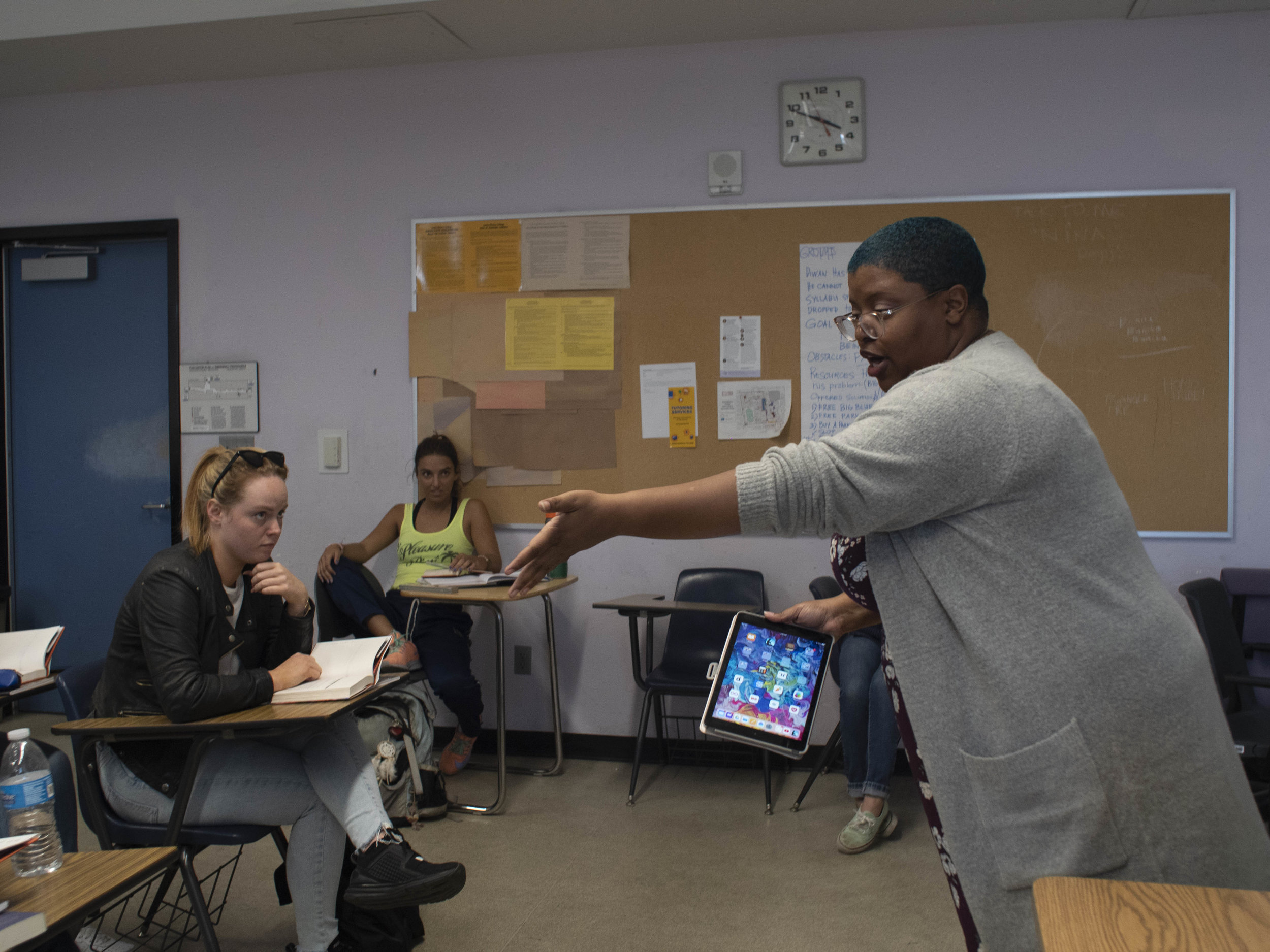 Bridgette Robinson engages students in her English composition class at Drescher Hall, at Santa Monica College, Santa Monica, California. (Victor Noerdlinger/The Corsair)