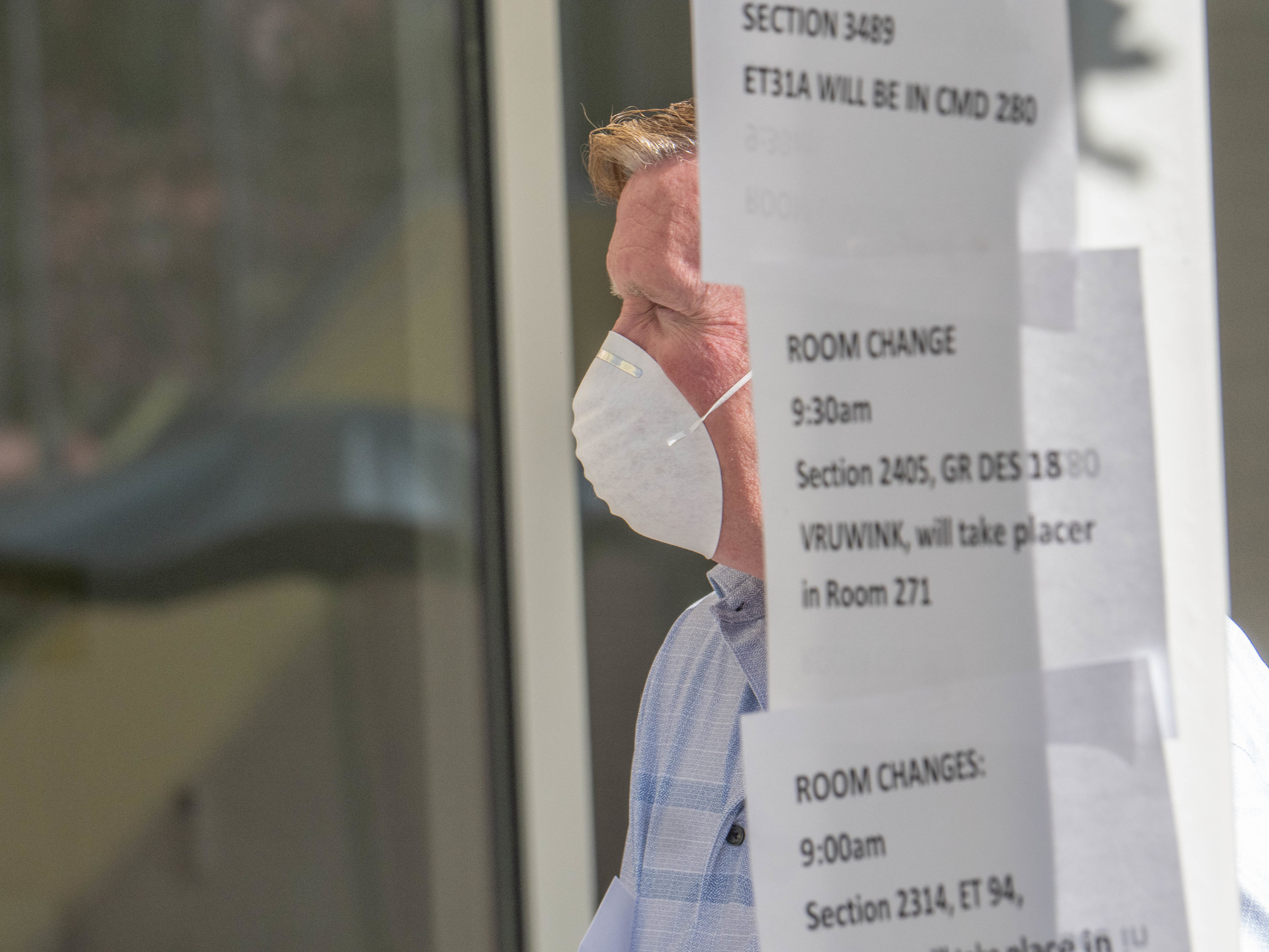 Brant Looney, an SMC administrator posts signs informing students of relocated classes. A chemical smell caused a building closure at the Center for Media Design. The building and computer lab will open again at 1pm according to facility staff. Friday, April 5, 2019, Santa Monica College, Santa Monica, California. (Victor Noerdlinger/Corsair)