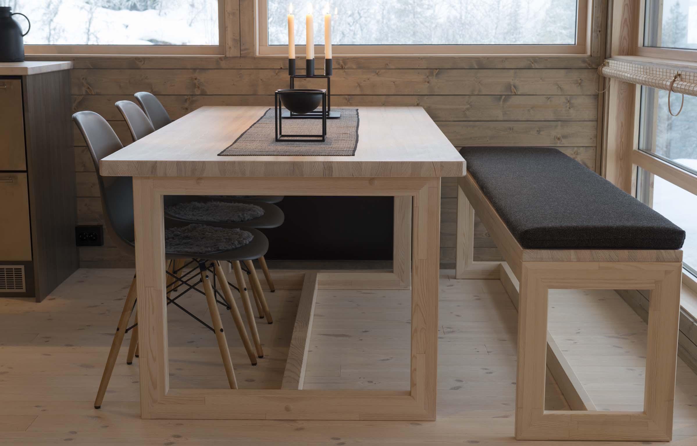 Spisebord og langbenk med pute_D35 Prøvebohytte_Skrindehaugen_36.jpg