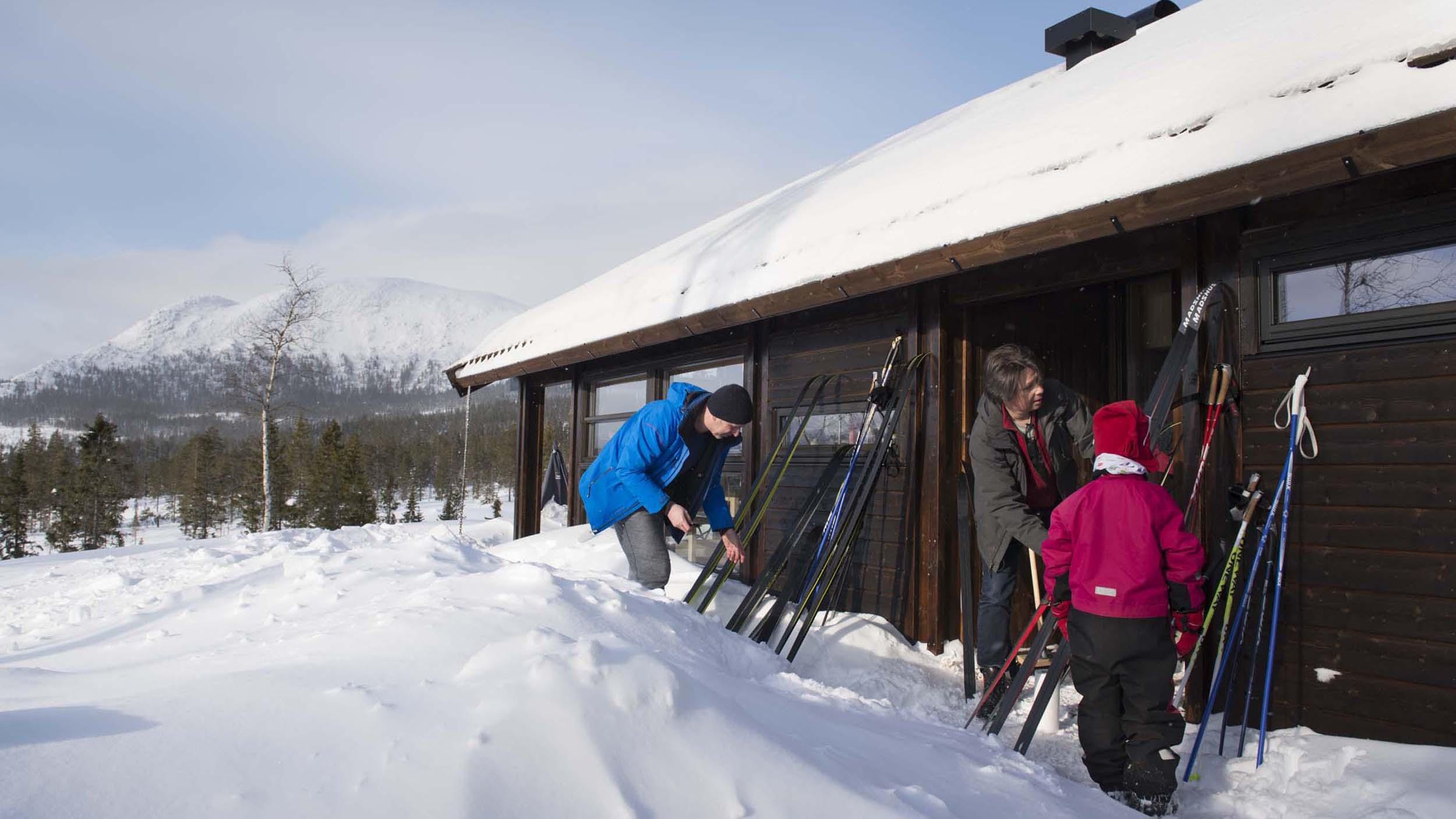Skismøring framfor hytta_SVA8436.jpg