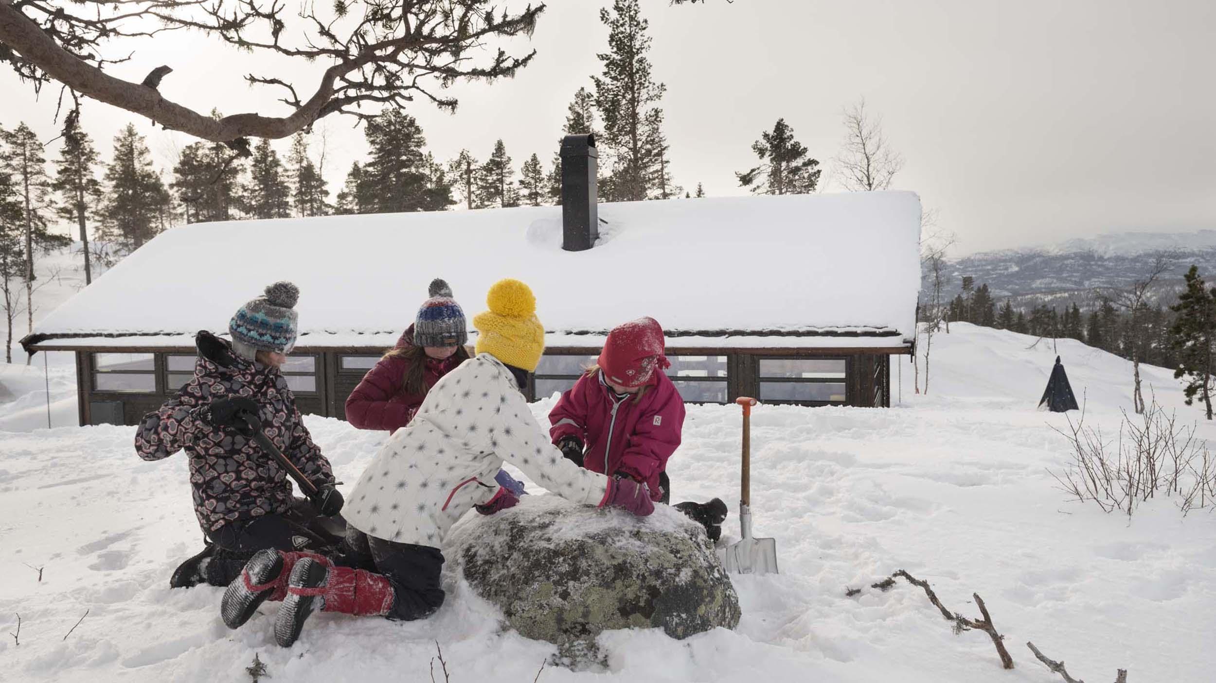 Ungar leikar i snøen ved hytta_SVA8380.jpg