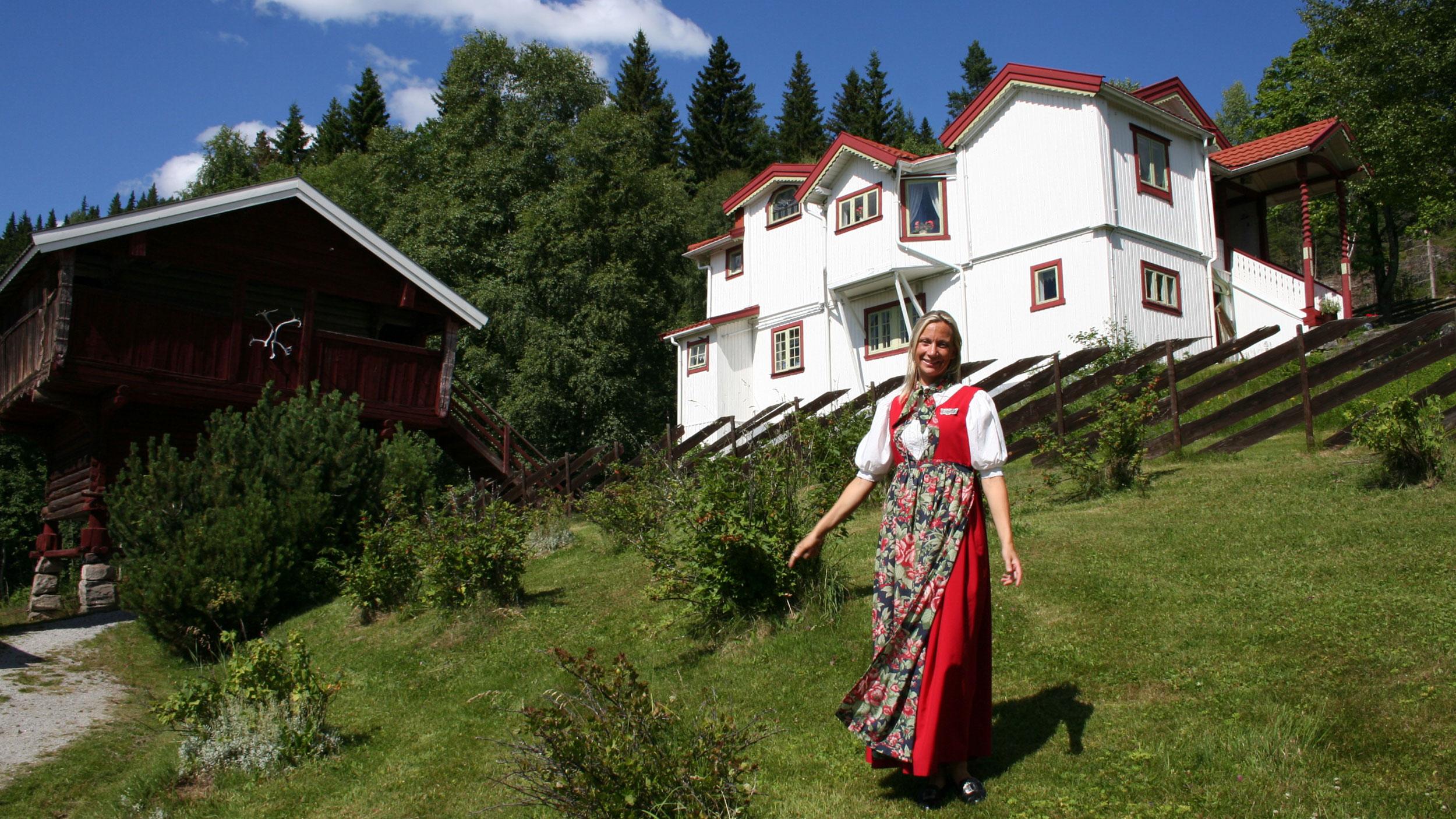 Hege Skredsvig ønsker velkommen til Galleri Skredsvig.