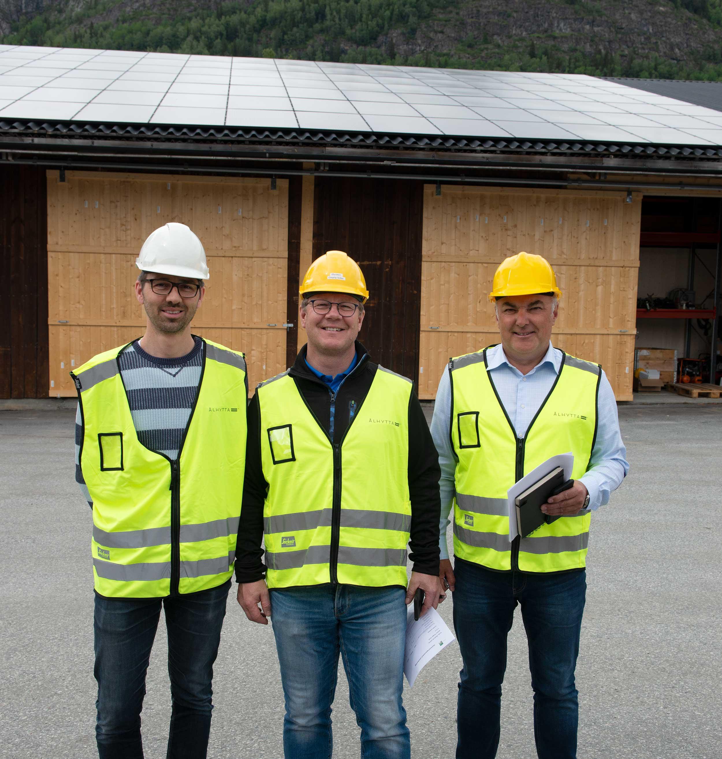 Fornøyde karer forran nylagt solcelletak  Næringskonsulent i Ål Staffan Wive, Daglig leder i Ålhytta Øystein Grøgård og Helge Falkendal i Infinity Solar AS.