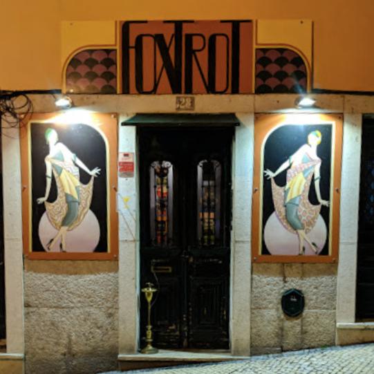 FOXTROT - ❤️ORIANE❤️Un classique, toujours une réussite ! On adore la première salle, collé-serré…Um clássico, sucesso garantido! Adorámos a primeira sala, bem apertadinhos…Tv. Santa Teresa 28, 1200-405 Lisboa / 21 395 2697