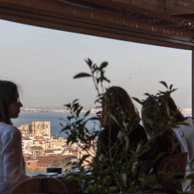 INSOLITO - Surtout prenez bien l'ascenceur, commandez un Marshmellow cocktail et profitez de la vue…Sobretudo apanhe o elevador, peça um cocktail Marshmellow e aprecie a vista…R. de São Pedro de Alcântara 83, 1250-238 Lisboa / 21 130 3306