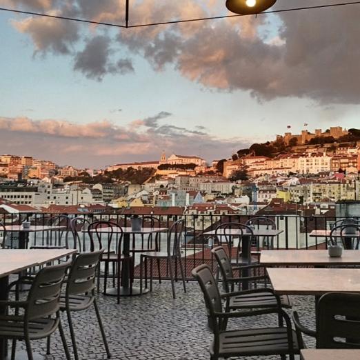 TOPO CHIADO - On adorait y boire un verre, maintenant on peut également bruncher! Et toujours avec une vue magique sur le Castelo.Terraços do Carmo, 1200-288 Lisboa / 21 342 0626