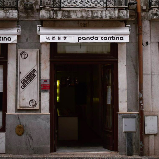 "PANDA CANTINA     Une nouvelle petite cantine chinoise, comme on les aime, qui vous sert d'authentiques plats de ""Noodle"" asiatiques…    Uma nova pequena cantina chinesa, como adoramos, que serve verdadeiros pratos de noodles asiáticos…    Rua da Prata 252, 1100-052 Lisboa"