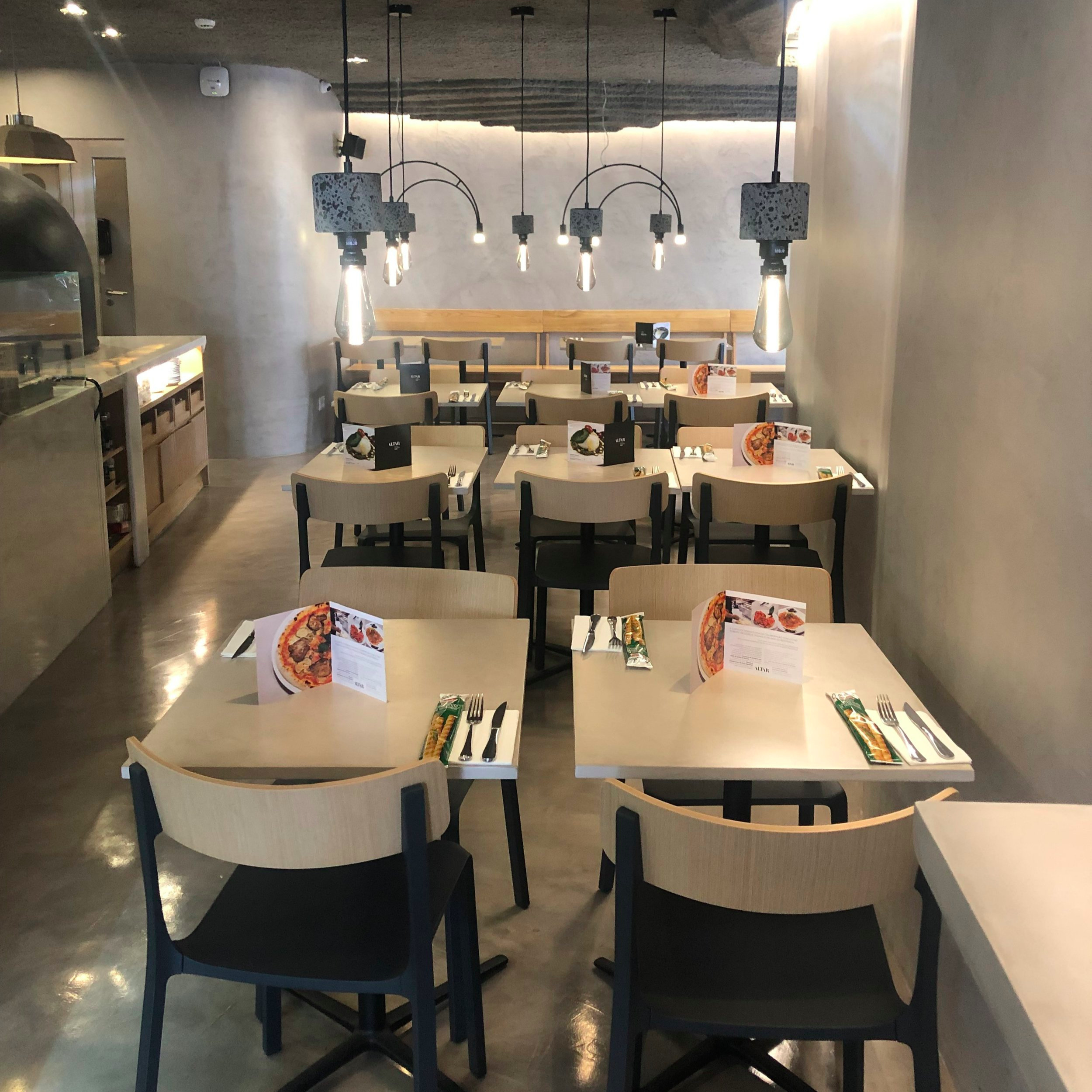 ALTAR /  ⚡  NEW ⚡    Nouvel italien entre le Castslo et Graca… avec une spécialités de pizza à la pâte noire… sain et tellement bon !    Largo Rodrigues de Freitas nº14, 1100-495 Lisboa / 963 539 820 / 913 609 297