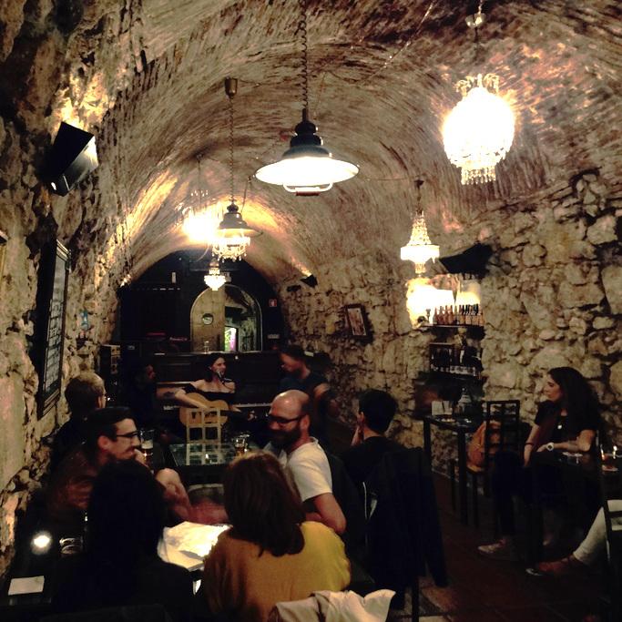 QUIMERA BREWPUB     Un pub dans un tunnel? Oui et le dernier roi du Portugal se serait même enfui par ce sous-terrain...Quand histoire et bière locale se marient à merveille!    Rua Prior do Crato 6, 1350-261 Lisboa / 917 070 021