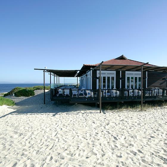 PRAIA DO PEGO - SAL     Sauvage, isolée mais mondaine.    Selvagem, isolada e menos mundana.    Praia do Pego, Carvalhal, 7570-783 / 265 490 129