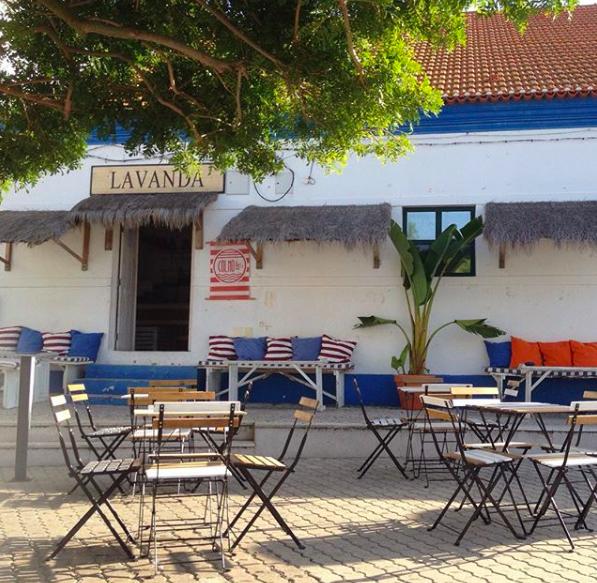COLMO BAR     Pour prendre son café ou un jus frais en plein coeur du village.    Para tomar o seu café ou um sumo fresco no meio da aldeia.    Largo de São João, Comporta 7580-624, Portugal / +93 42 345 5578