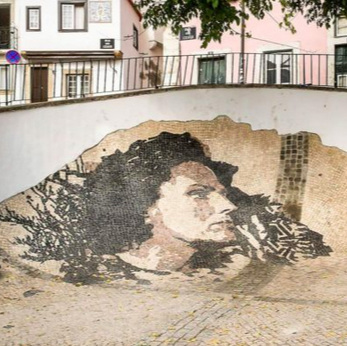 Vhils     Ou comment transformer avec un marteau un mur en ruine, en œuvre d'art sur l'histoire du Portugal     Ou como transformar com um martelo um muro em ruína em obra de arte sobre a história de Portugal