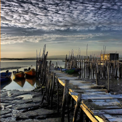 CARRASQUEIRA     Petit port sur pilotis de plus de 200 ans.    Pequeno porto em pilares de mais de 200 anos.