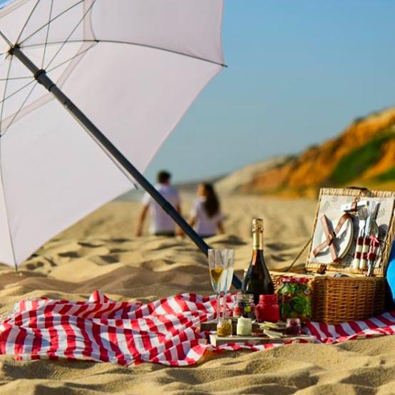 UN PIQUE-NIQUE…     Commandez votre pique-nique en amoureux sur le sable blanc.    Encomendem o seu picnic romântico sobre a areia branco.    Résa : 929 308 371