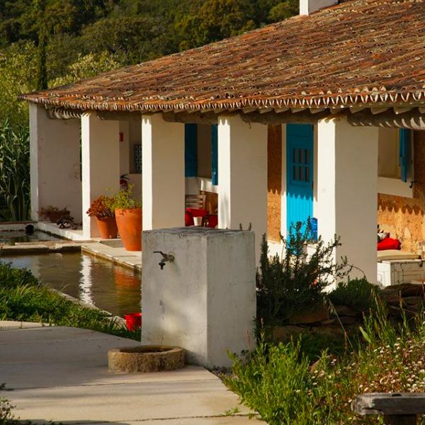 HERDADE DA MATINHA     Une maison de campagne, bohème & familiale    Uma casa de campo, boêmia & familiar    Cercal do Alentejo, 7555-231 / 933 739 245