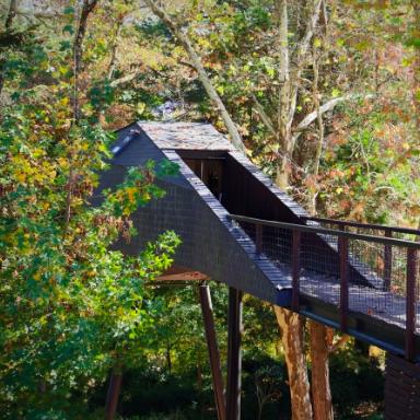 PEDRAS SALGADAS     Des maisons écologiques & design perchées dans les arbres    Casas ecológicas e design empoleiradas em árvores    Parque de Pedras Salgadas, 5450-140 /