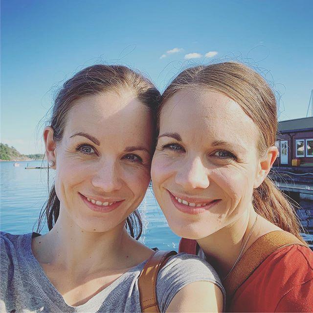 Søstertid på brygga i Grimstad! Man må jo ha litt pause i arbeidet.. særlig når sola skinner☺️☀️ #vocalrecordings #liabedehus #nymusikkpågang #duo4ever #gåtenomkorset #garness