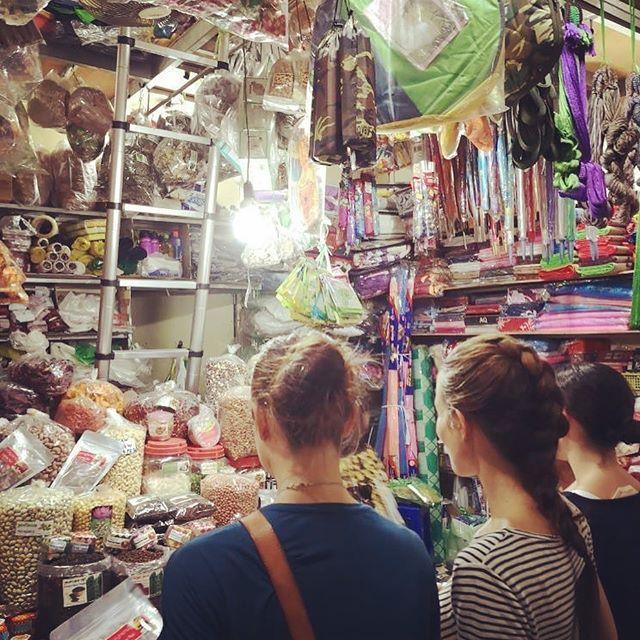 Russian Market i Phnom Phen🤩 Fekk med oss nokre skattar i posen og masse tørka frukt, mmmmm! Nyter 2.dag i Kambodsja. I morgon skal vi reise og sjå på fleire av @misjonsalliansen sine prosjekter i Kampot. Spennande! #russianmarketphnompenh #garness #ma_ambassadør