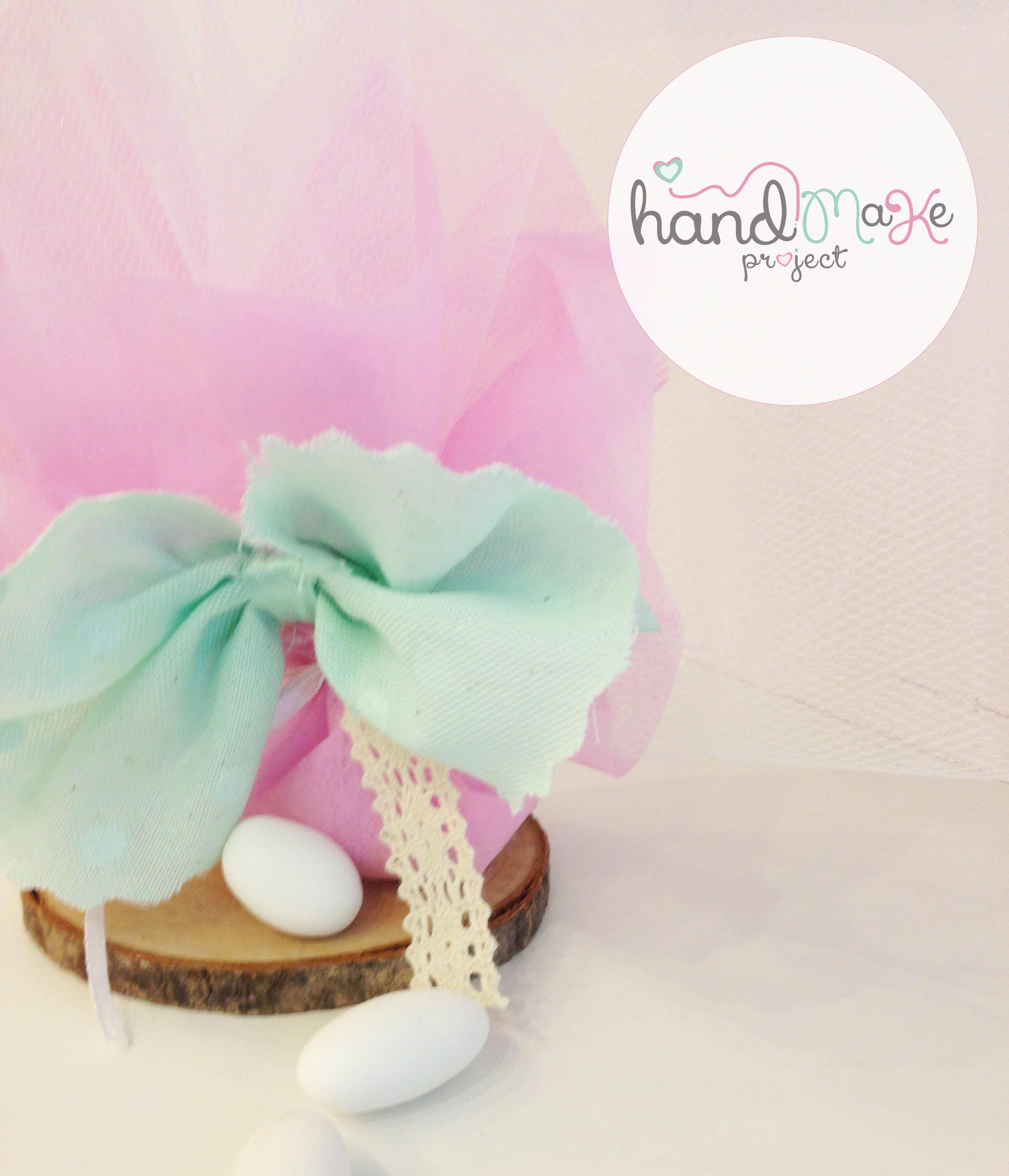 κωδικός ΒΒ_ 32 Collection ''Playful''   Μπομπονιέρα από λευκό τούλι και non woven ροζ, δαντέλα και φιόγκο από πανάκι λινάρι πουά.