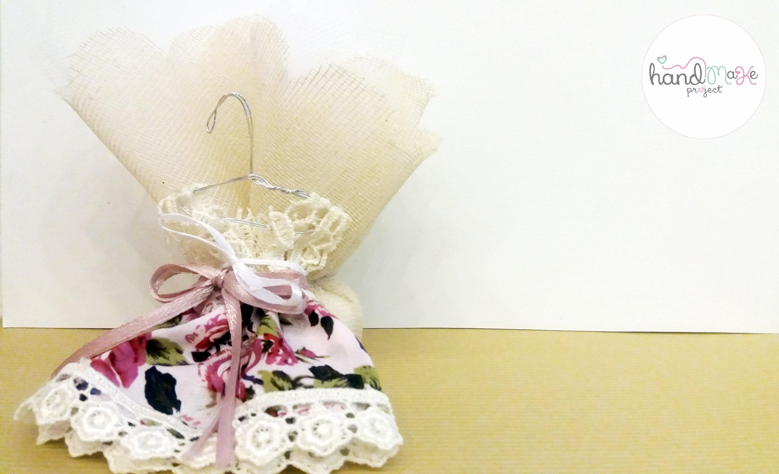 κωδικός ΒΒ_17 Collection ''Happiness''   Μπομπονιέρα φόρεμα floral-πλεκτό με γάζα εκρού, τούλι κια σατέν λευκή κορδέλα.