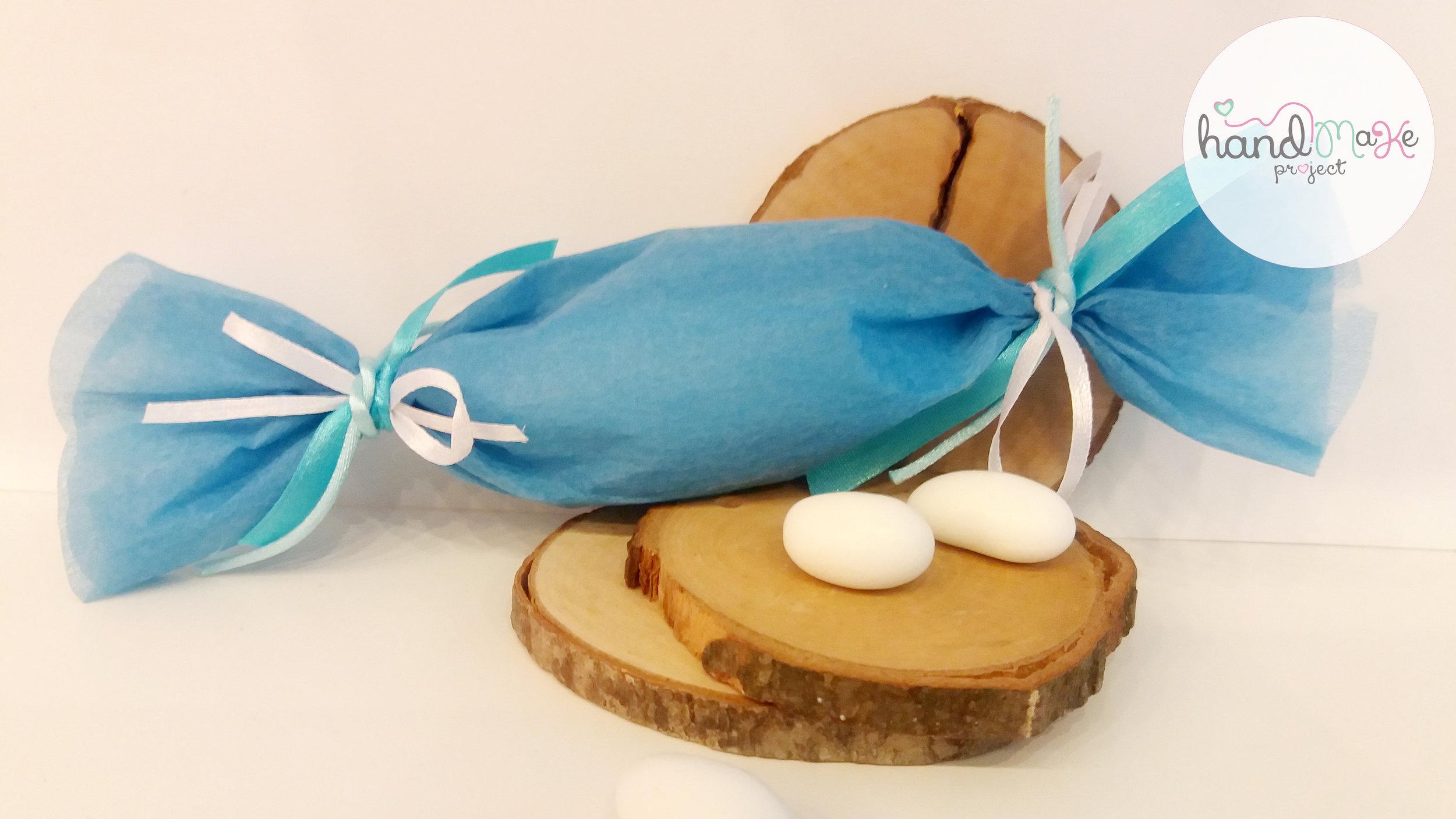 κωδικός ΟΒΒ_ 04 Collection ''Sweet Sugar''   Μπομπονιέρα σε σχήμα καραμέλας με γαλάζιο non woven, κορδέλες σατέν σε γαλάζιο-λευκό και μεταξωτή ποντικοουρά σε γαλάζια απόχρωση.