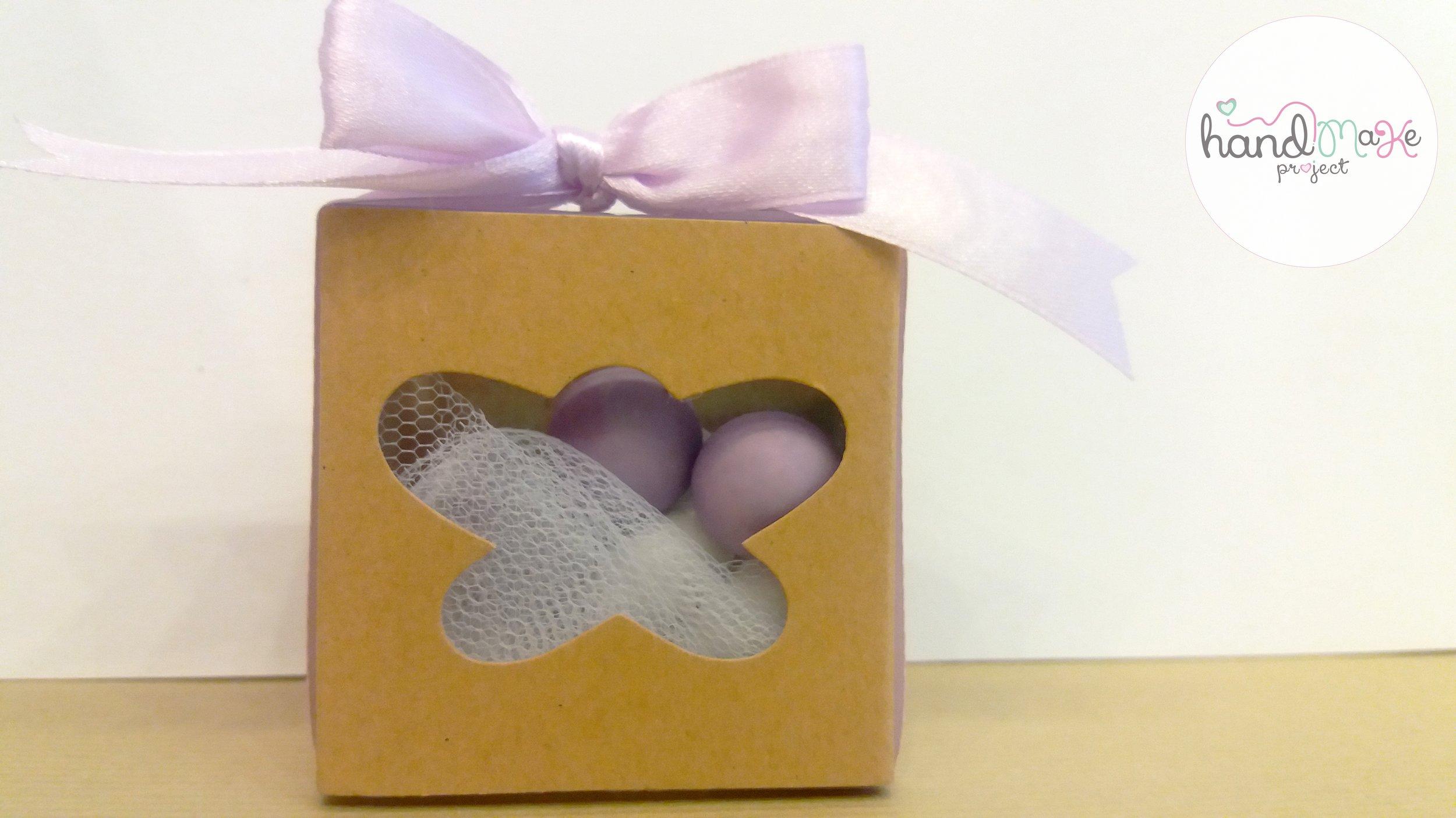 κωδικός ΒΒ_21 Collection ''Open the Box''   Κουτί eco πεταλούδα, τούλι λευκό και κορδέλα σατένλιλά.