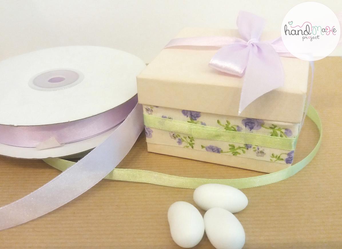 κωδικός ΒΒ_ 28 Collection ''Open the Box''   Κουτί εκρού (7,8cm x 7,8cm) με floral ύφασμα και σατέν κορδελες λιλά-φιστικί.