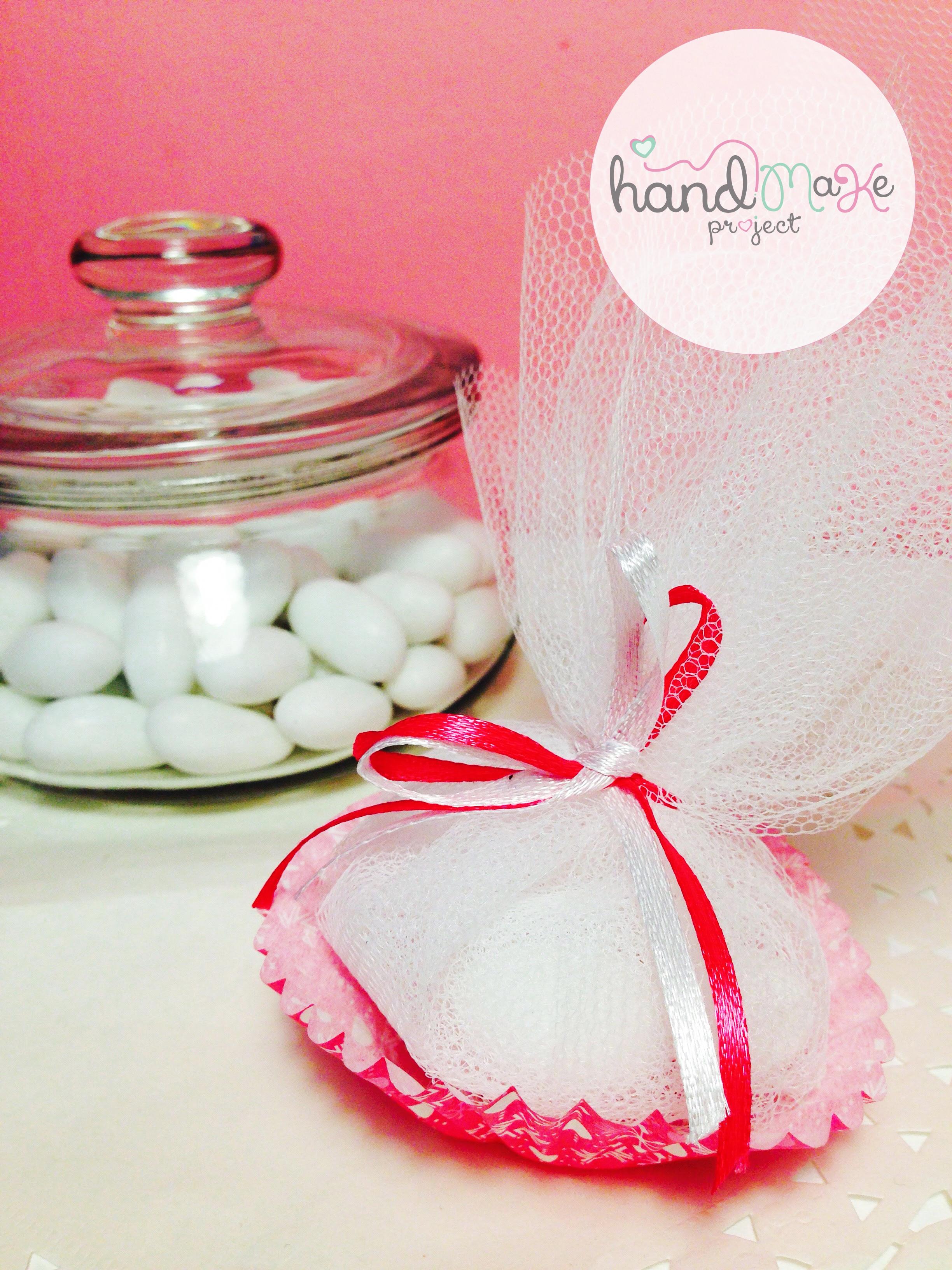 κωδικός ΟΒΒ_ 05 Collection ''Sweet Sugar''   Μπομπονιέρα cupcake με τούλι λευκό και κορδέλες σατέν σε φούξια - λευκό χρώμα.