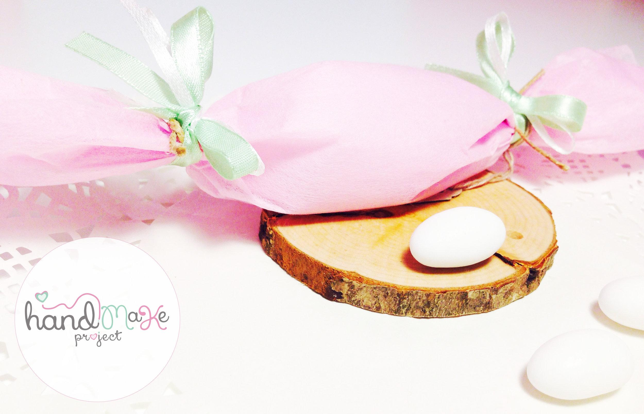 κωδικός ΟΒΒ_ 03 Collection ''Sweet Sugar''   Μπομπονιέρα σε σχήμα καραμέλας με ροζ non woven, κορδέλες σατέν σε λαχανί-λευκό και σπάγγο.