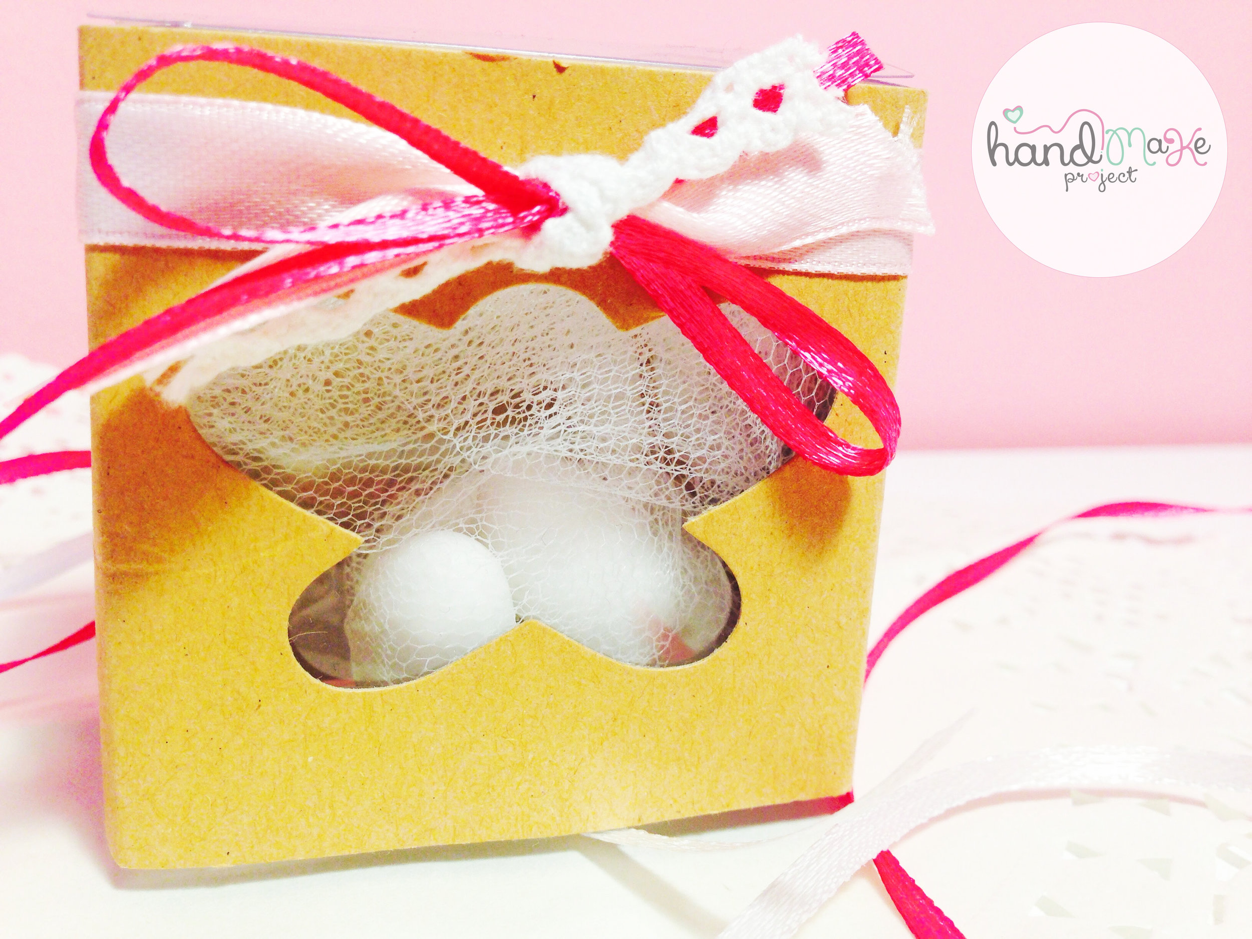 κωδικός ΒΒ_22 Collection ''Open the Box''   Κουτί eco πεταλούδα, τούλι λευκό ,κορδέλα σατένροζ-φούξια και δαντέλα.
