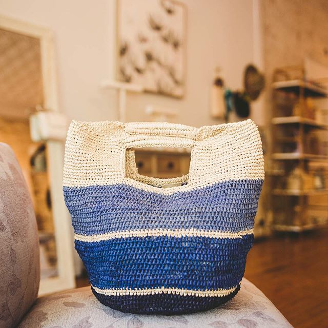 Quick poll: do you like a bold handbag or a neutral one? Well, whichever look you prefer, these fraternal twin Camden bags from @shopmarysol are here to save the day! Hand-woven straw, in gorgeous tones of navy and dove gray that benefit women and families around the world AND 30% off? Don't mind if we do.