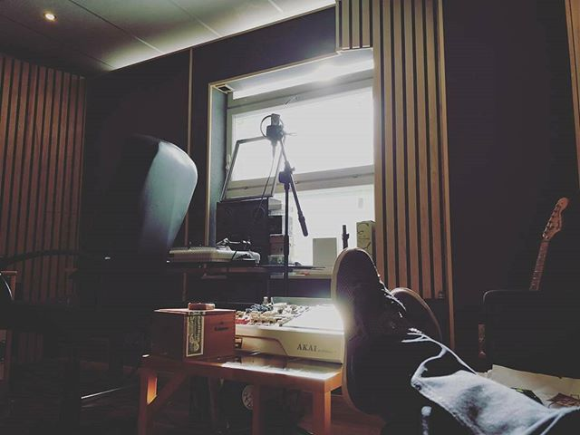 Nowadays I try to take a 15 minute break about every 45 minutes. The sun came up just in time! 🌧🌨🌦🌤☀#badweather #tookabreaktoo #studio #studiolyfe #musicalldayeveryday #supermonni #superjanneisback #superprostudios #törkeduni #törkelepi @slickmonni