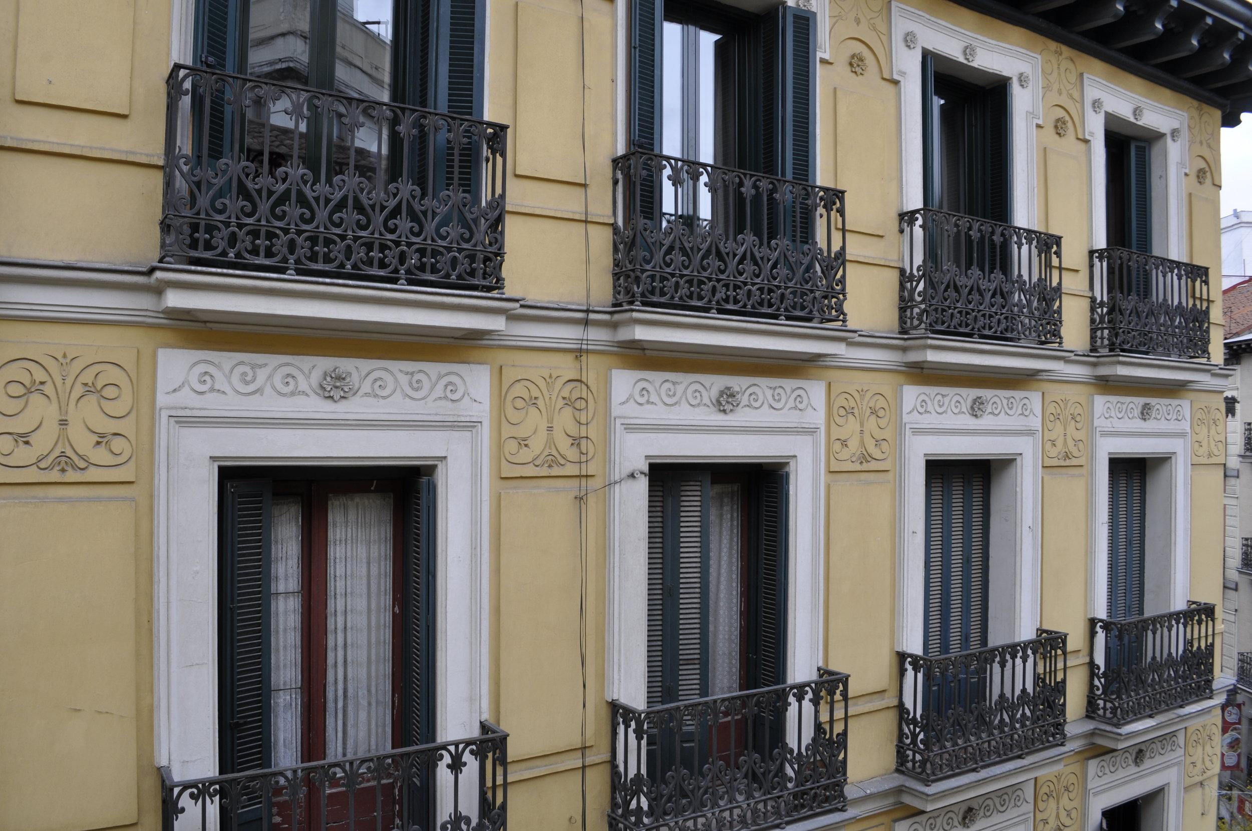 con típicos balcones del siglo XIX
