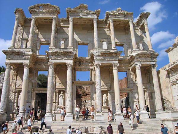 celsus_library_ephesus_turkey_photo_wiki.jpg