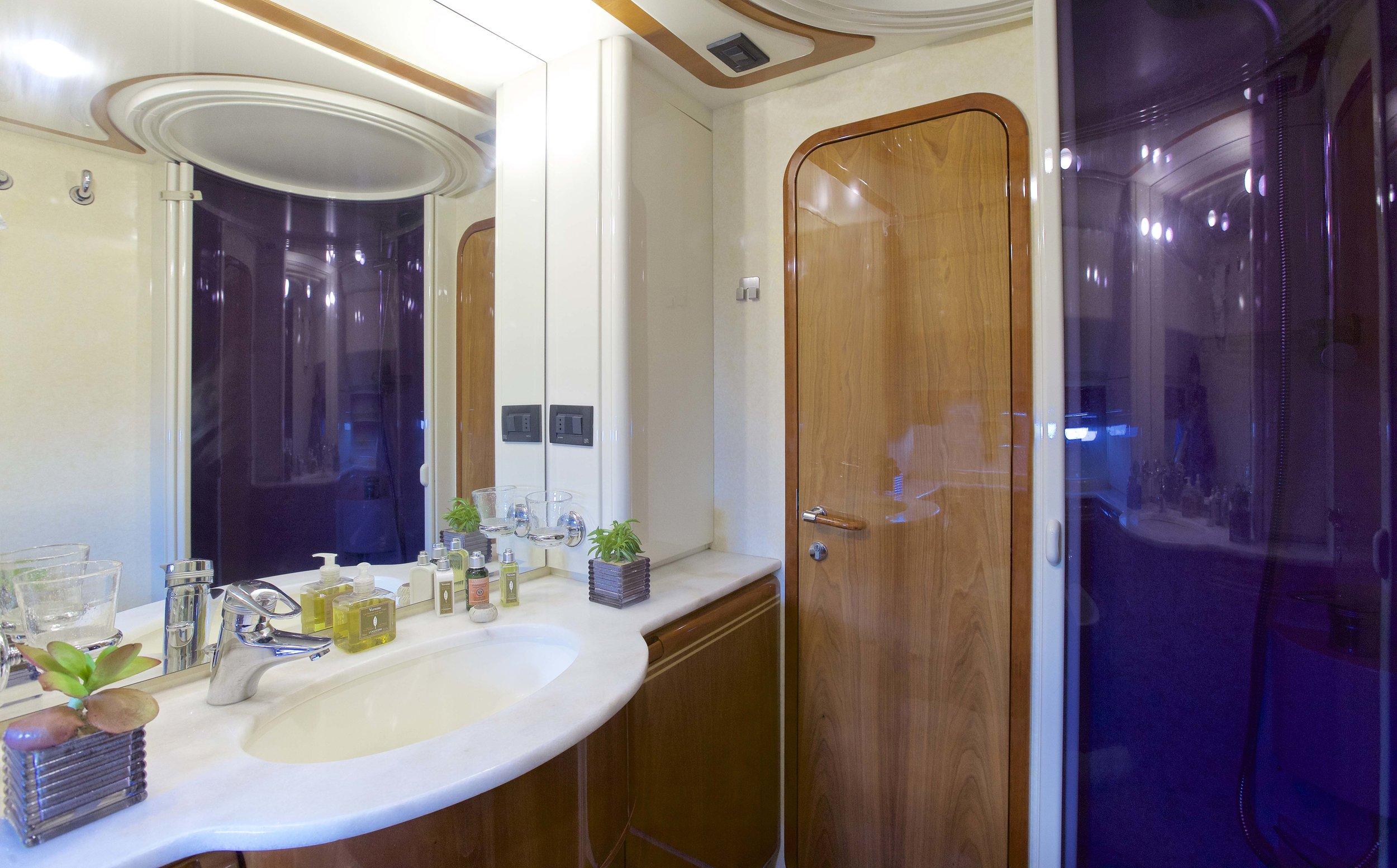 GeePee_Twin_Bathroom_II.jpg