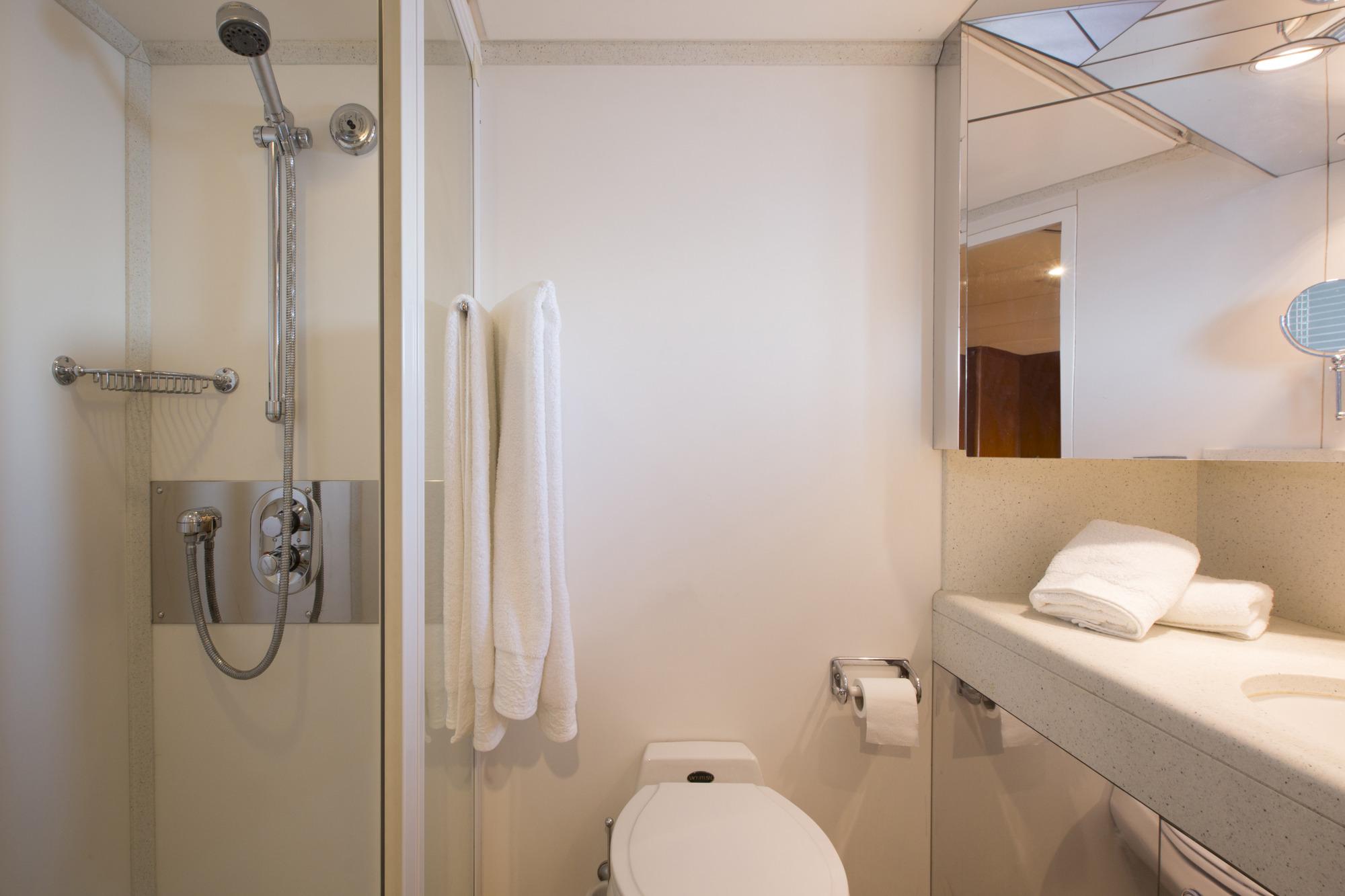 LibraY_Twin_Bathroom.JPG