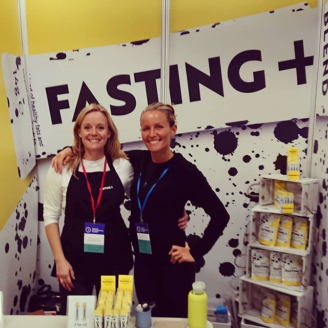 @daviniataylor discovered us early on and has been telling her followers how she uses our fasting sticks ever since. So we were thrilled when we got to thank her in person @healthoptimisationsummit ♥  #thankyou #superstar #intermittentfasting #intermittentfastinglifestyle #fastingsupport #fastingtips #fastingonthego #fastingandtraveling #calorierestrictionmimetics #fastingplus #nutritionistsblend