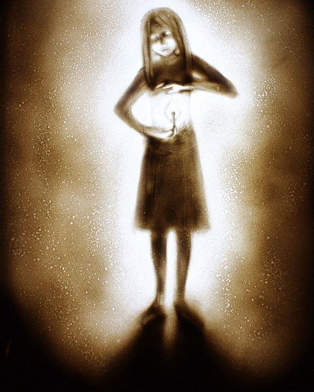 Everybody has light inside. #sand #sandart #sandmalerei #sanddraw #irinatitova #graphic #fairytale #gala #performance #art #pictureoftheday #sandartshow #girl #light #drawing  #like4like #artist  #Christmas #shadows #love #drawingoftheday