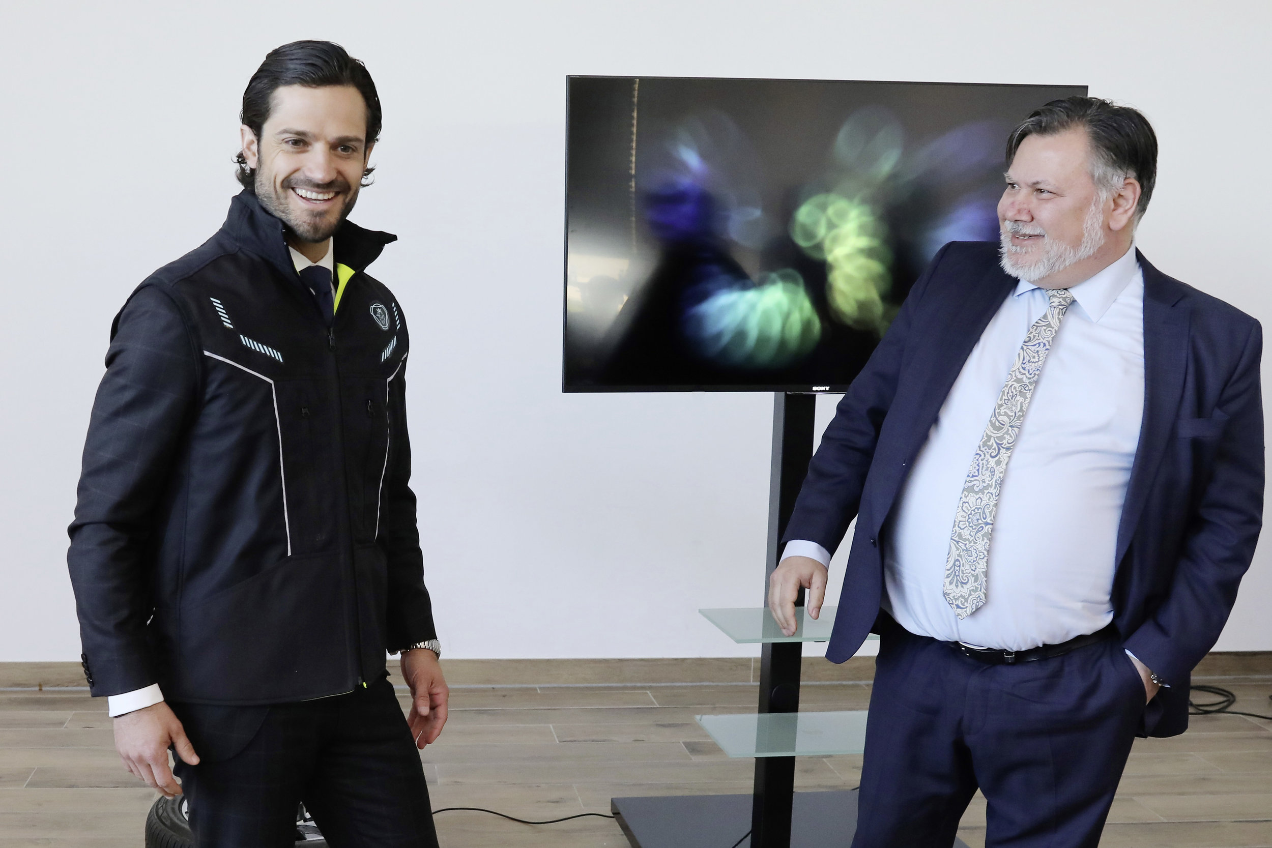 Prince Carl Philip of Sweden tried the new intelligent C-me Vest developed by Scania Group, in a collaboration with the startup Imagimob, during his visit to Volkswagen. Photo: VW Group