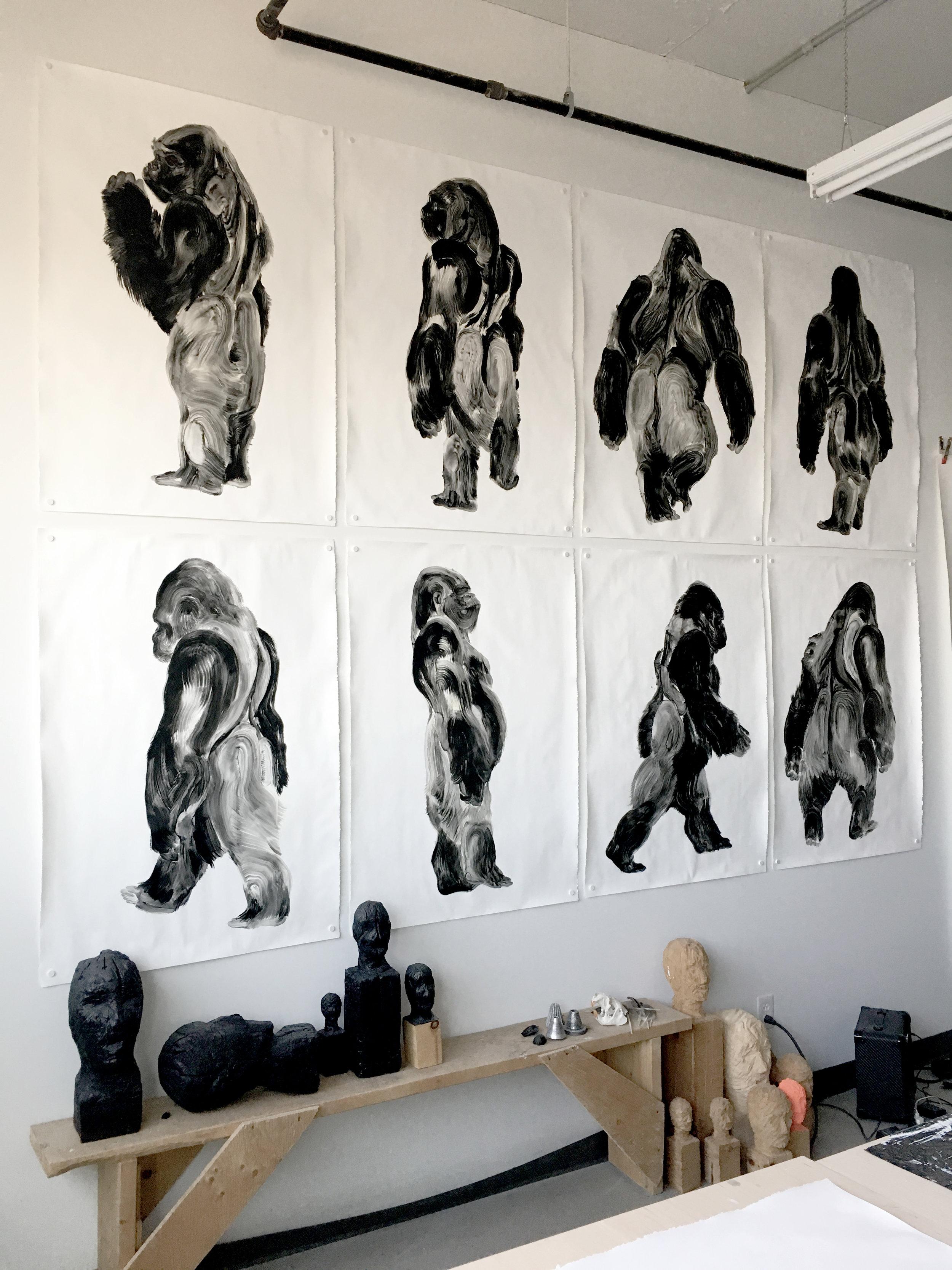 Série des gorilles, sculpture à la chainsaw  Atelier sur De Gaspé