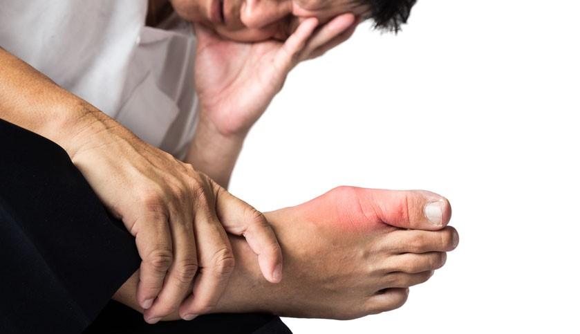 man has big toe pain