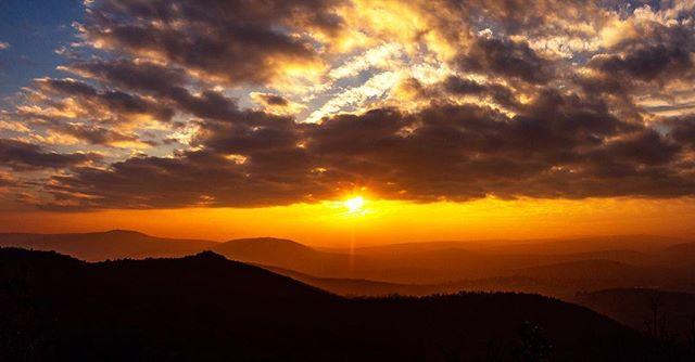 #sunset #nature #naturephotography #wintercolors #budapest #hungary #welovehungary #canon #canoneos #canoneosphotography