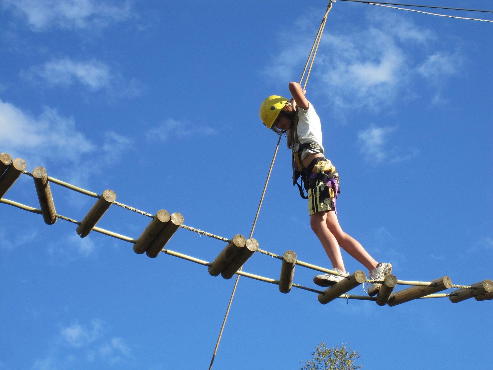 Mestringsriggen - Mestringsriggen er et svært populært aktivitetsområde på fjellskolen. Her er store stolper med høye elementer montert opp. Blir gjerne brukt på kveldstid eller avslutningsdag. I mestringsriggen får elevene oppleve balanseøvelser, spenning og mestring. De klatrer opp i stolper på 6 – 8 meters høyde og prøver seg på balanse og dristighetsøvelser i høyden. Når elevene er i aktivitet er de forskriftsmessig sikret, og dette er trygge aktiviteter. Mestringsriggen byr også på samarbeidsopplegg av ulik art. Stabling av bruskasser kan være en slik samarbeidsoppgave. Veldig moro!!