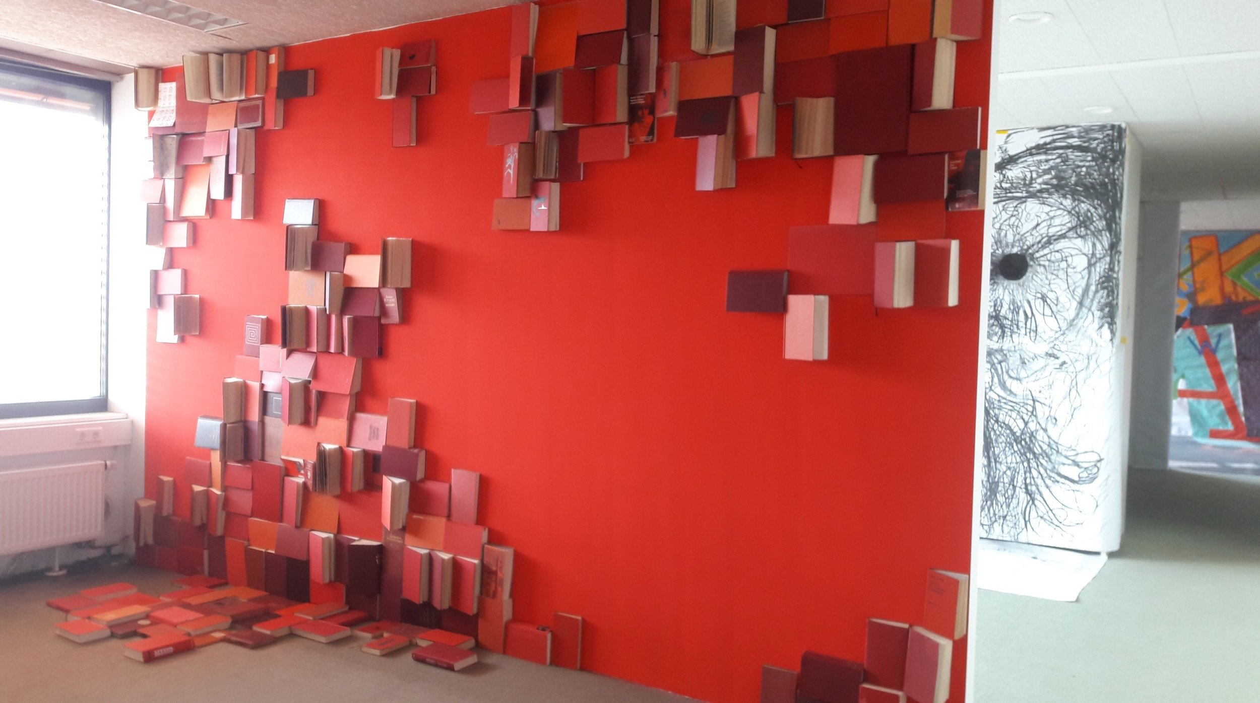 "Lena Foraita (vorn), ""Studie in Rot Nr. 2"", Wandfarbe, Bücher"