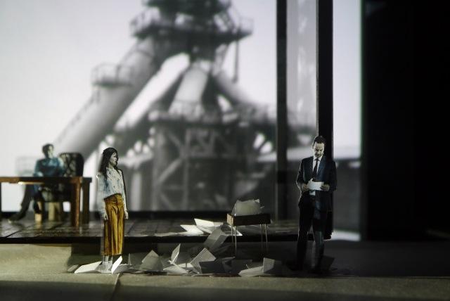 "Emily Oschwald, Modellfoto einer Szene aus ""Antigone"""