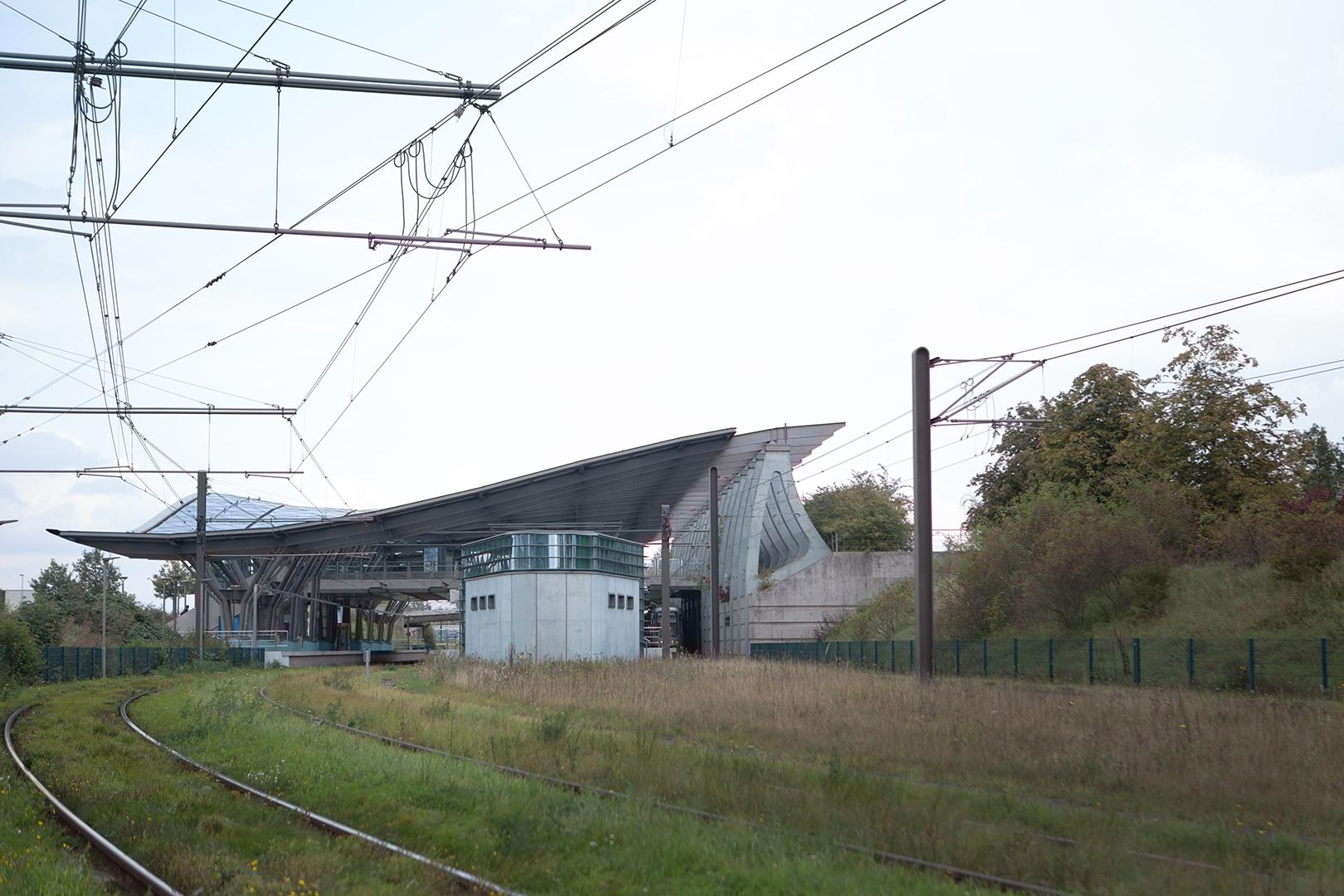 Mit der Straßenbahn in die Stadt braucht es ca. 30 min. Die Bahn schlängelt sich ihren Weg durch Hannover und trägt dich alle zehn Minuten wohin du willst.