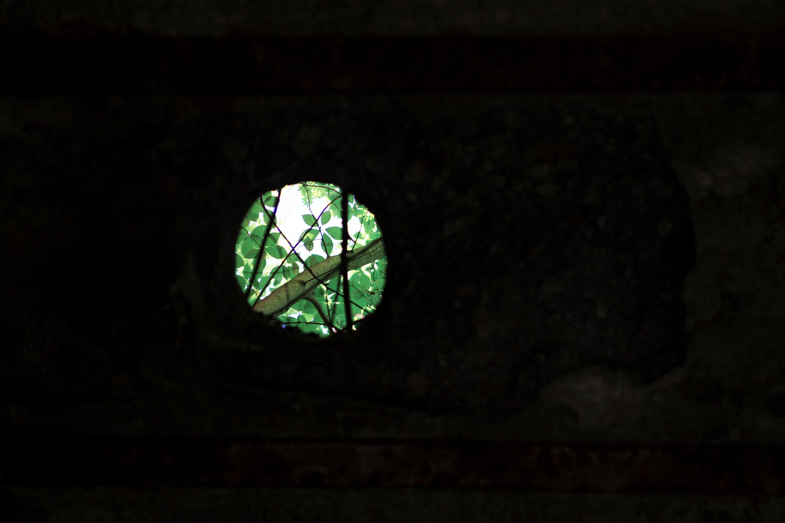 Ein Guckloch durch vergangene Zeiten- Ruine bei der Blauen Lagune.